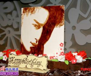 歌迷祭奠张国荣54岁冥寿 设生日宴送大型蛋糕