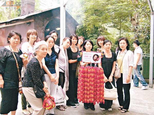 哥哥54岁冥寿日迷冒雨拜祭(视频)
