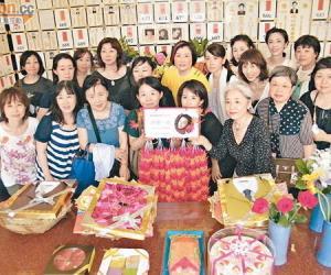 张国荣54岁生忌 粉丝冒雨拜祭哥哥(视频)